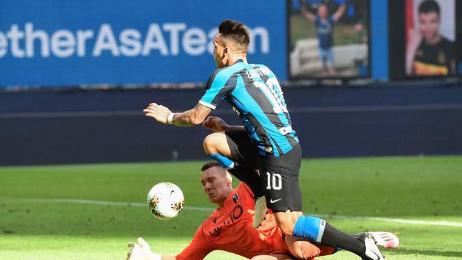 Pergerakan Lautaro Martinez dijegal Silvestri saat Inter Milan melawan Hellas Verona (AFP)
