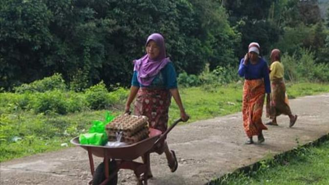 Sejumlah warga di Desa Sungai Talang, Bungo, Jambi, usai menerima bantuan sembako di tengah pandemi dan ramadan. Sembako yang diberikan warga tersebut berasal dari dana karbon di Hutan Lindung Bujang Raba. (Liputan6.com / dok KKI Warsi/ Gresi Plasmanto)