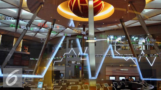 Suasana kantor Bursa Efek Indonesia, Jakarta, Kamis (10/11). Dari 538 saham yang diperdagangkan di Bursa Efek Indonesia, 181 saham menguat, 39 saham melemah, 63 saham stagnan, dan sisanya belum diperdagangkan. (Liputan6.com/Angga Yuniar)