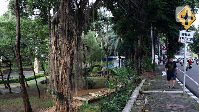 Suasana kawasan Taman Ayodya, Jakarta, Selasa (24/3/2020). Pemerintah Provinsi DKI Jakarta menutup semua Ruang Terbuka Hijau terhitung sejak 14 Maret 2020 hingga 14 hari ke depan sebagai antisipasi merebaknya virus Corona Covid-19. (Liputan6.com/Helmi Fithriansyah)