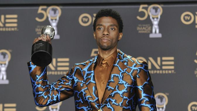 Chadwick Boseman pada 2019, dalam NAACP Image Awards ke-50. (Photo by Richard Shotwell/Invision/AP, File)