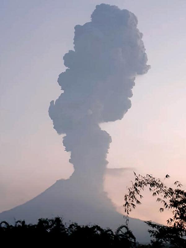Gunung Merapi menyemburkan asap dan abu vulkanis terlihat dari utara kota Yogyakarta, Selasa (3/3/2020). Gunung Merapi meletus pada pukul 05.22 WIB dengan tinggi kolom 6.000 meter , status waspada (level II). (HO/Merapi Observation/AFP)