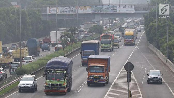 Truk melintas di ruas Jalan Tol Lingkar Luar Jakarta. (Liputan6.com/Immanuel Antonius)