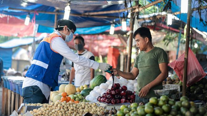 BRI memberikan 1 juta masker gratis bagi para pedagang yang masih melakukan aktivitasnya di pasar.