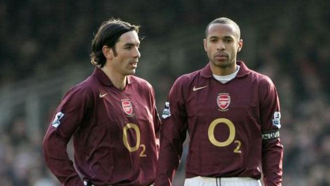 Dua pemain Arsenal, Robert Pires (kiri) dan Thierry Henry (kanan), saat gagal mencetak gol penalti dengan cara yang unik. (dok. Express)