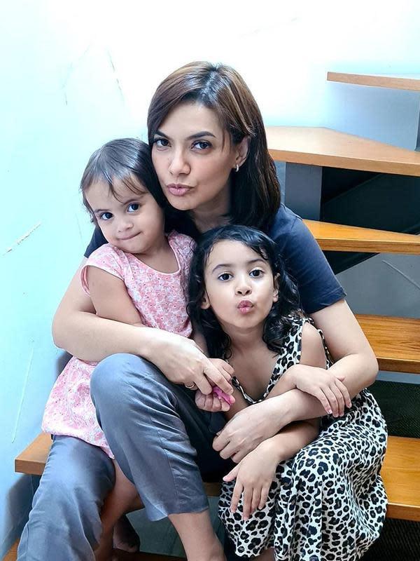 Di tengah kesibukannya, Najwa Shihab tetap dekat dengan keluarganya. Terlihat dalam foto ini saat Nana tengah bersama dua keponakannya yang menggemaskan. (Instagram/najwashihab)