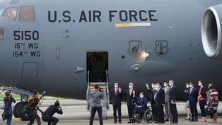 美國參議員乘坐軍用運輸機抵台 中國外交部宣佈制裁