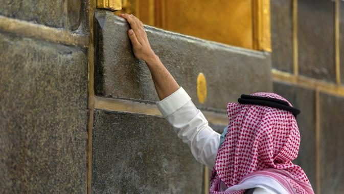 Seorang jamaah menyentuh Ka'bah di Masjidil Haram, Makkah, Arab Saudi, Senin (27/7/2020). Karena pandemi COVID-19, Arab Saudi membatasi jumlah jemaah haji tahun ini hanya untuk sekitar 1.000 orang. (Saudi Ministry of Media via AP)