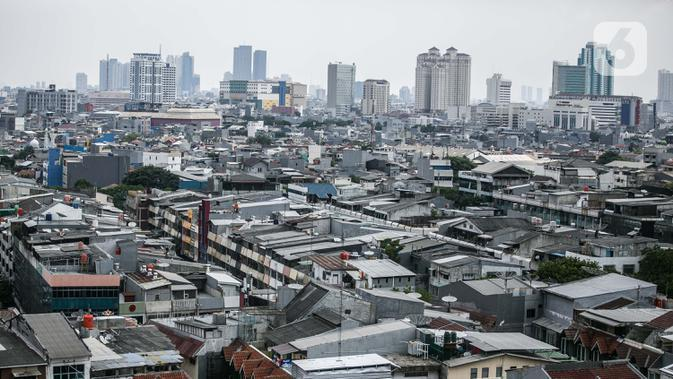 Pemandangan deretan gedung dan permukiman di Jakarta, Rabu (1/10/2020). Meski pertumbuhan ekonomi masih di level negatif, Wakil Menteri Keuangan Suahasil Nazara menyebut setidaknya ada perbaikan di kuartal III 2020. (Liputan6.com/Faizal Fanani)
