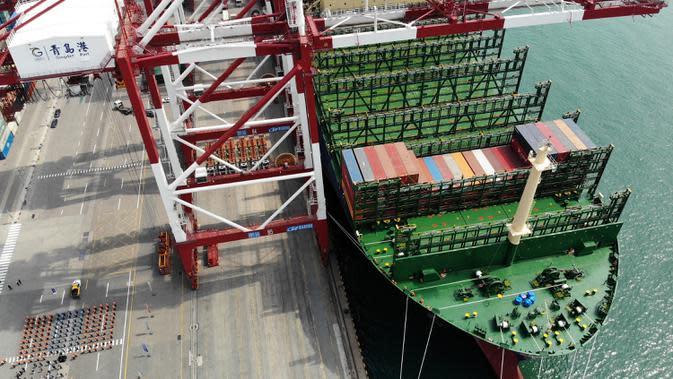Foto dari udara pada 26 April 2020, HMM Algeciras berlabuh di Pelabuhan Qingdao di Qingdao, Provinsi Shandong, China. Kapal kontainer terbesar di dunia dengan kapasitas 24.000 unit ekuivalen dua puluh kaki itu memulai pelayaran perdananya dari Pelabuhan Qingdao pada Minggu (26/4). (Xinhua/Li Ziheng)