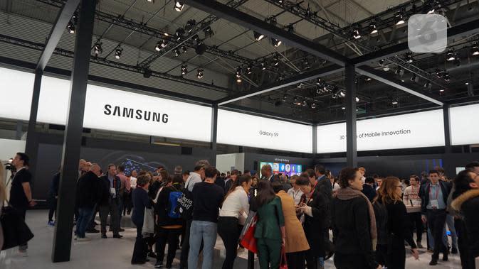 Pengunjung booth Samsung di MWC 2018. (Liputan6.com/ Agustin Setyo W)