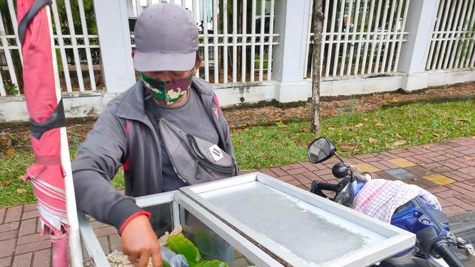 Surahman harus membawa pempek Palembang jualannya keliling kota di Palembang saat pandemi Covid-19 (Liputan6.com / Nefri Inge)