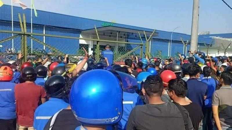 Factory workers gathered in front of Jinko Solar this morning. ― Picture via Facebook/Penangkini