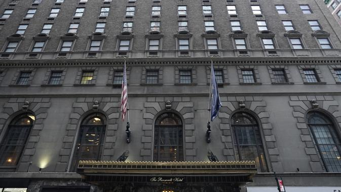 Pintu masuk Roosevelt Hotel, hotel mewah bersejarah di Midtown Manhattan, terlihat di New York pada 12 Oktober 2020. Hotel yang dinamai menurut nama Presiden Theodore Roosevelt itu akan ditutup pada akhir Oktober setelah 96 tahun beroperasi lantaran pandemi Covid-19. (TIMOTHY A. CLARY / AFP)