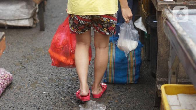 Warga menggunakan kantong plastik saat berbelanja di pasar tradisional di Jakarta, Kamis (9/1/2020). Berdasarkan Pergub Nomor 142 Tahun 2019, para pengelola usaha bisa dikenakan denda mencapai Rp 25 juta apabila melanggar aturan tentang penggunaan kantong plastik. (Liputan6.com/Immanuel Antonius)