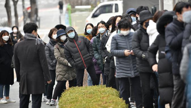 Warga mengantre untuk membeli masker di luar sebuah supermarket di Seoul, Korea Selatan, Rabu (4/3/2020). Kasus virus corona atau COVID-19 di Korea Selatan menjadi yang terbesar setelah China, negara asal wabah virus tersebut. (Jung Yeon-je/AFP)