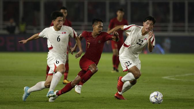 Gelandang Timnas Indonesia U-19, Beckham Putra, berebut bola dengan pemain Timnas Korea Utara pada laga Kualifikasi AFC U-19 2020 di Stadion GBK, Jakarta, Minggu (10/11). Indonesia U-19 berhasil menahan imbang 1-1 DPR Korea. (Bola.com/Yoppy Renato)