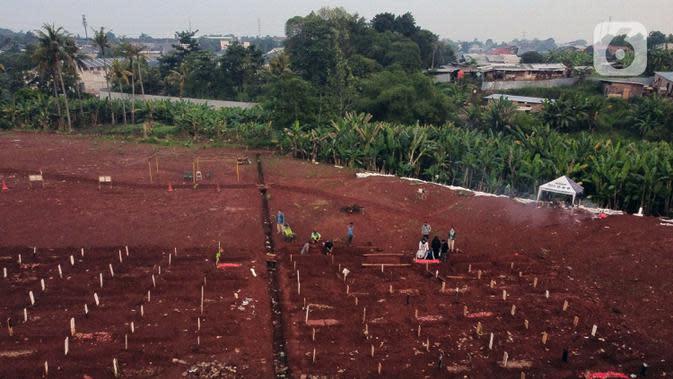 Foto udara lokasi pemakaman jenazah dengan protokol COVID-19 di TPU Pondok Ranggon, Jakarta, Sabtu (17/10/2020). Pada Sabtu (17/10), 32 jenazah dimakamkan dengan protokol COVID-19 di TPU Pondok Ranggon. (Liputan6.com/Helmi Fithriansyah)