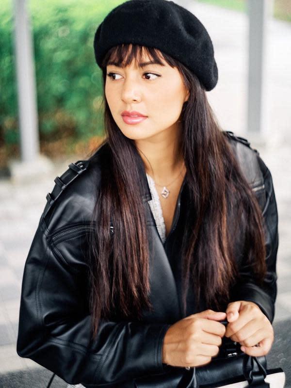 Tampil elegan, mantan kekasih Ello ini menggunakan blazer hitam dan topi yang senada. Tak lupa ia menggunakan inner berwarna putih membuat penampilan lebih hidup(Liputan6.com/IG/@aurelie)