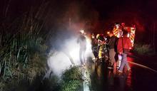 男子酒駕嚴重超標 車卡水溝起火無傷亡
