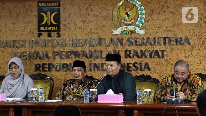 Wakil Ketua MPR periode 2019-2024, Hidayat Nur Wahid didampingi Ketua Fraksi PKS Jazuli Juwaini (kedua kiri) memberikan keterangan pers terkait penandatanganan petisi usulan dibentuk Pantia Khusus (Pansus) Jiwasraya di Kompleks Parlemen, Senayan, Rabu (15/1/2020). (Liputan6.com/Johan Tallo)