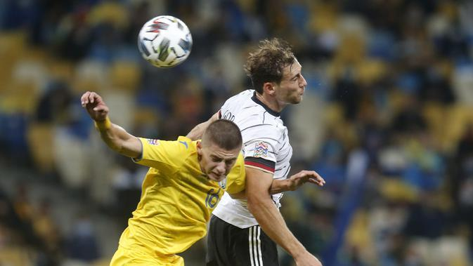 Bek Ukraina, Vitaliy Mykolenko berebut bola udara dengan gelandang Jerman, Leon Goretzka pada pertandingan UEFA Nations League di Stadion Olimpiyskiy di Kyiv, Ukraina, Sabtu (10/10/2020). Jerman menang 2-1 atas Ukraina. (AP Photo/Efrem Lukatsky)