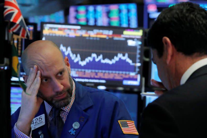 Wall Street dibuka anjlok, Indeks Dow Jones jatuh lebih dari 600 poin