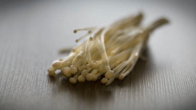Jamur enoki terkontaminasi Listeria. (photo by unsplash.com)
