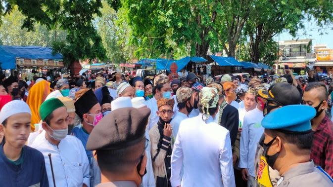 Aksi penolakan gabungan santri ulama dan sesepuh yang mengaku keturunan sah Sunan Gunung Jati di depan Keraton Kasepuhan Cirebon. Foto (Liputan6.com / Panji Prayitno)