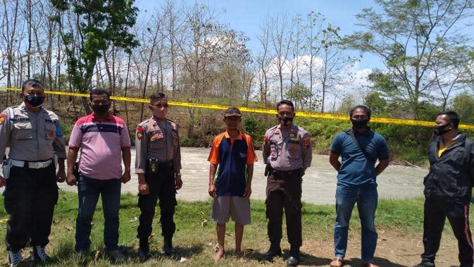 Police line dipasang di lokasi semburan gas bercampur air di sumur tua bekas pengeboran minyak era Belanda di Desa Plosorejo, Kecamatan Kunduran, Kabupaten Blora pada hari Sabtu (3/10/2020) (Liputan6.com/Ahmad Adirin)