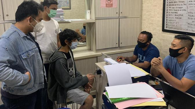 Bintang sinetron Naufal Samudra divonis 10 bulan rehabilitasi akibat penyalahgunaan narkoba. Naufal ditangkap pada 13 April 2020 berikut barang bukti ganja sintetis liquid yang pemakaiannya dikonsumsi seperi vape. (Istimewa)