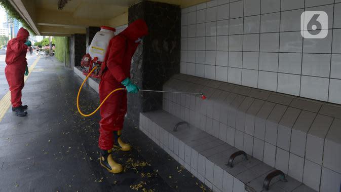 Petugas pemadam kebakaran (Damkar) melakukan penyemprotan disinfektan di sepanjang jalan Jenderal Sudirman-MH Thamrin, Jakarta, Sabtu (20/6/2020). Penyemprotan dalam rangka kembali diadakannya Car free day di Jalan Sudirman-Thamrin pada Minggu, 21 Juni esok. (merdeka.com/Imam Buhori)