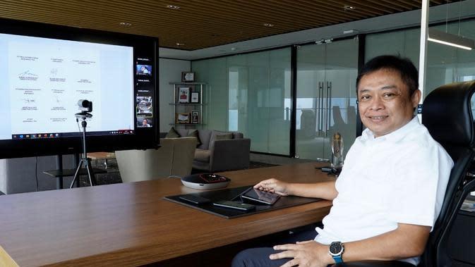 Direktur Utama Telkom Ririek Adriansyah usai penandatanganan digital nota kesepahaman Pengembangan Ekosistem Pasar Digital Usaha Mikro, Kecil dan Menengah (PaDi UMKM) bersama delapan Direktur Utama BUMN lain yang terlibat dalam pengembangan PaDi UMKM.