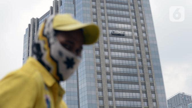 Pekerja membersihkan kaca gedung bertingkat di kawasan Sudirman Central Business District (SCBD), Jakarta, Senin (8/6/2020). Hampir tiga bulan kebijakan work from home (WFH) akibat pandemi COVID-19, banyak gedung bertingkat tidak terawat hari ini mulai dibersihkan. (merdeka.com/Dwi Narwoko)
