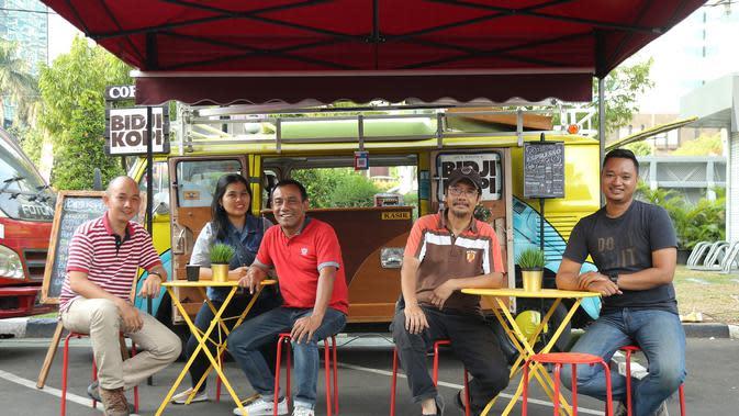 Joko Waluyo bersama dengan para anggota Komunitas Food Truck Jakarta. (Fimela.com/Daniel Kampua)