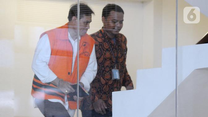 Direktur Pemasaran PTPN III (Persero) sekaligus merangkap Komisaris Utama PT KPBN I Kadek Kertha Laksana memasuki gedung KPK untuk pemeriksaan di Jakarta, Rabu (4/12/2019). Kadek diperiksa sebagai tersangka terkait kasus dugaan suap distribusi gula di PTPN III Tahun 2019. (merdeka.com/Dwi Narwoko)