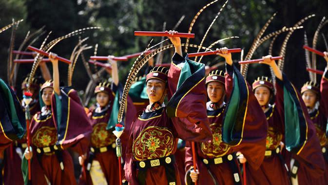 Orang-orang menyuguhkan pertunjukan dalam upacara peringatan Konfusius di Qufu, Provinsi Shandong, China (28/9/2020). Sebuah upacara untuk memperingati 2.571 tahun kelahiran tokoh bijak dan pendidik dari zaman China kuno, Konfusius (551-479 SM), digelar di Qufu pada Senin (28/9). (Xinhua/Guo Xulei)
