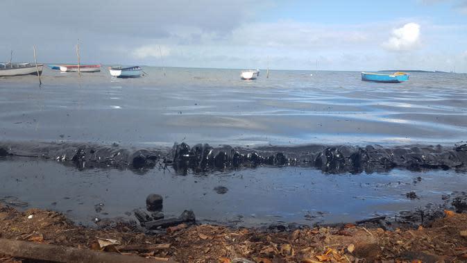 Minyak mencemari tepi pantai umum di Riviere des Creoles, Mauritius, Sabtu (8/8/2020). Mauritius memberlakukan status darurat setelah kapal Jepang, MV Wakashio, kandas dan menumpahkan 1.000 metrik ton minyak mentah. (Sophie Seneque via AP)