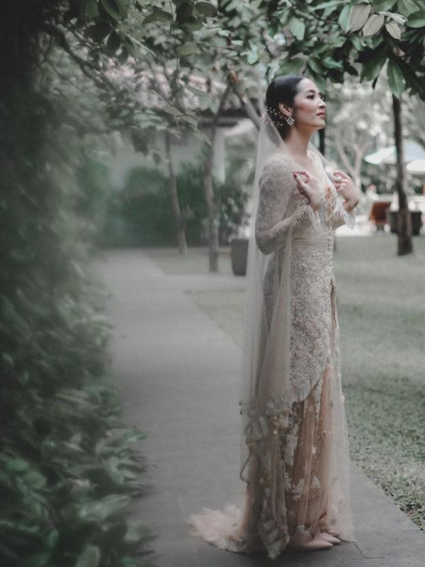 Kebaya panjang yang dikenakan Niken dipadukan dengan kain songket khas Palembang yang senada dengan kain yang dipakai Adimaz. Selendang panjang yang dikenakan Niken juga menambah kecantikannya saat itu. (Instagram/armanfebryan)