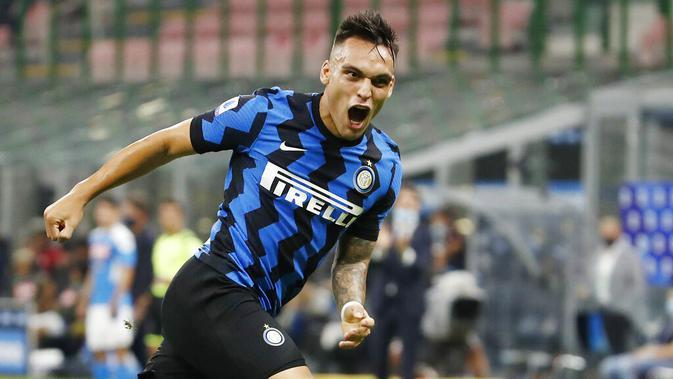 Striker Inter Milan, Lautaro Martinez, merayakan gol yang dicetak ke gawang Napoli pada laga Serie A di Stadion Giuseppe Meazza, Selasa (28/7/2020). Inter Milan menang 2-0 atas Napoli. (AP Photo/Antonio Calanni)