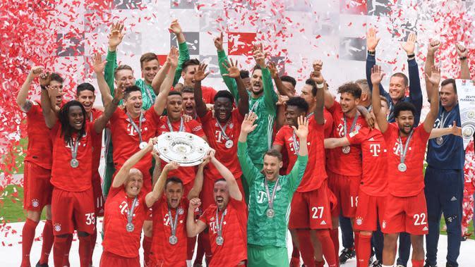 Pemain Bayern Munchen mengangkat trofi Bundesliga usai mengalahkan Frankfurt di Allianz Arena, Jerman, Sabtu (18/5). Munchen menang 5-1 atas Frankfurt. (Christof Stache/AFP).