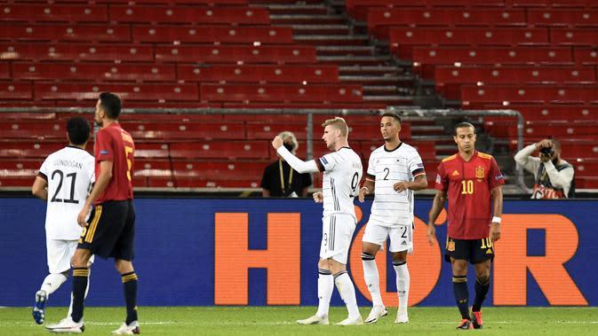 Penyerang Jerman Timo Werner (tengah) berselebrasi usai mencetak gol ke gawang Spanyol pada pertandingan UEFA Nations League di Stuttgart, Jerman (3/9/2020). Jerman bermain imbang 1-1 atas Spanyol. (AFP Photo/Thomas Kienzle)