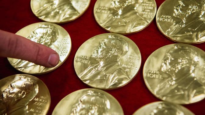 Medali hadiah Nobel ditunjukkan pada akhir produksi di Eskilstuna, Swedia, 29 Oktober 2019. Upacara penghargaan hadiah Nobel berlangsung setiap tanggal 10 Desember. (Jonathan NACKSTRAND/AFP)