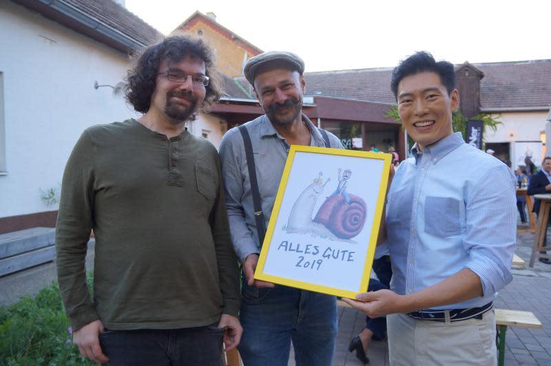 ▲養殖場主人安德烈亞斯(中)帶王凱傑(右)參加比賽。(圖/亞洲旅遊台)