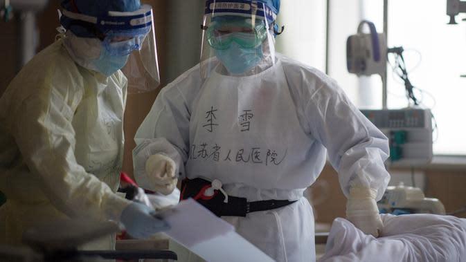 Li Xue (kanan), petugas medis dari Provinsi Jiangsu, bekerja di bangsal ICU Rumah Sakit Pertama Kota Wuhan di Wuhan, Provinsi Hubei, 22 Februari 2020. Para tenaga medis dari seluruh China telah mengerahkan upaya terbaik mereka untuk mengobati pasien COVID-19 di rumah sakit itu. (Xinhua/Xiao Yijiu)