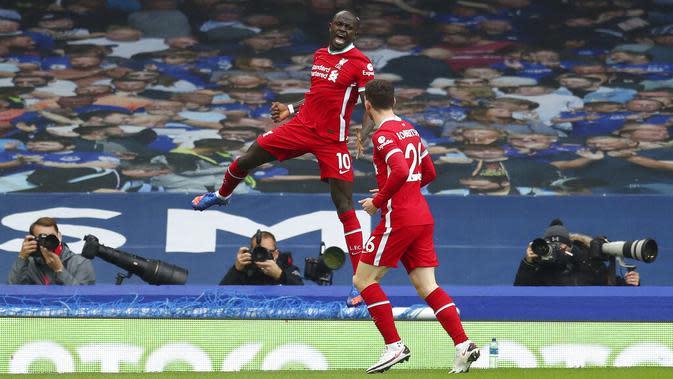 Pemain Liverpool Sadio Mane (10) melakukan selebrasi usai mencetak gol ke gawang Everton pada pertandingan Liga Premier Inggris di Stadion Goodison Park, Liverpool, Inggris, Sabtu (17/10/2020). Pertandingan berakhir dengan skor 2-2. (Cath Ivill/Pool via AP)