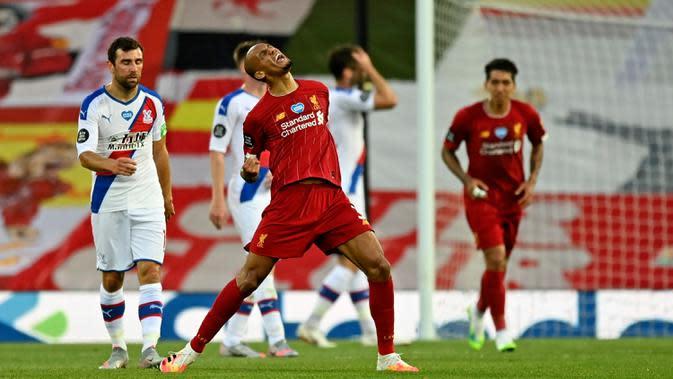 Gelandang Liverpool, Fabinho berselebrasi usai mencetak gol ke gawang Crystal Palace pada pertandingan lanjutan Liga Inggris di di Stadion Anfield di Liverpool, Inggris (24/6/2020). Liverpool menang telak 4-0 atas Crystal Palace. (Phil Noble/Pool via AP)