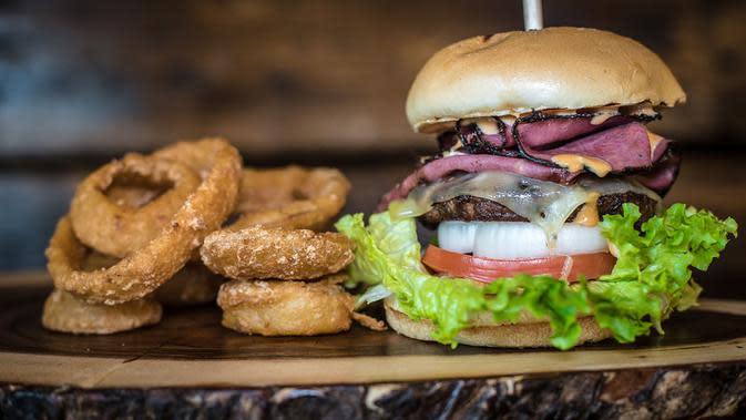 Ilustrasi burger (Photo by Taylor Harding on Unsplash)