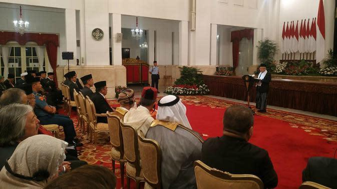 Wapres Ma'ruf Amin memberkan sambutan dalam acara Maulid Nabi di Istana Negara, Jumat (8/11/2019). (Liputan6.com/ Lizsa Egeham)