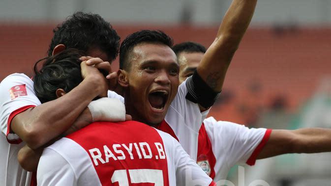Ferdinand Sinaga (kanan) merayakan gol yang dicetak oleh Rasyid Bakri dalam lanjutan TSC 2016 di Stadion Pakansari, Bogor Jawa Barat, Minggu (29/5/2016). (Bola.com/Nicklas Hanoatubun)